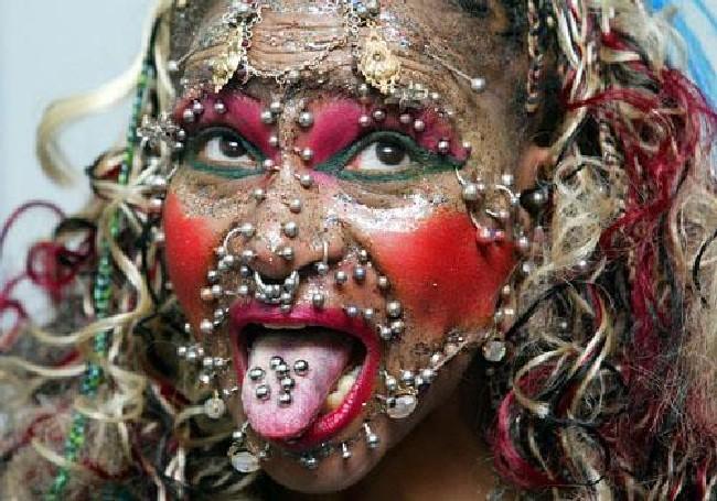 Самая дырявая женщина в мире проткнула свое тело 6005 раз (ФОТО) .